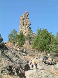 Senderistas subiendo al Roque Fraile