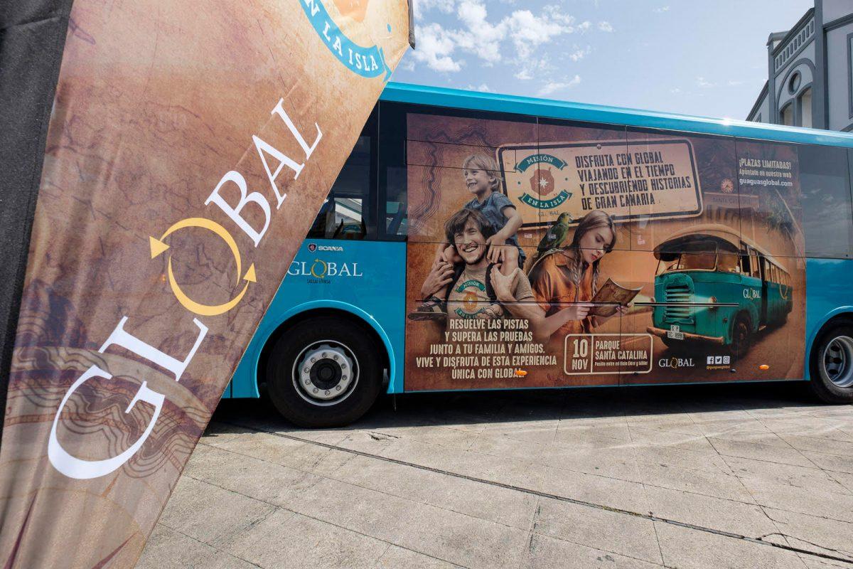 Guagua de Global rotulada con la campaña de Misión en la Isla